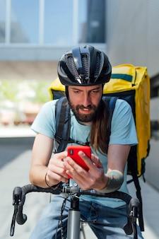 Портрет доставщика еды с мобильным телефоном
