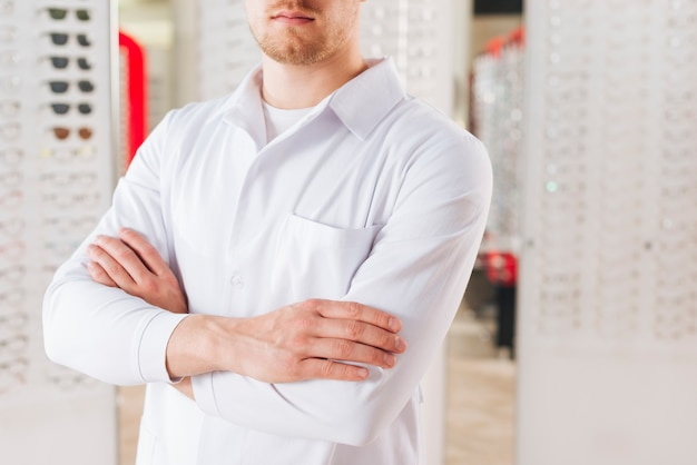 Портрет дружелюбного мужского оптометриста