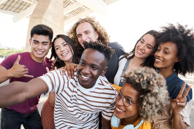 友人の肖像画は、携帯電話の多民族の概念のセルフィー友情で写真を撮る