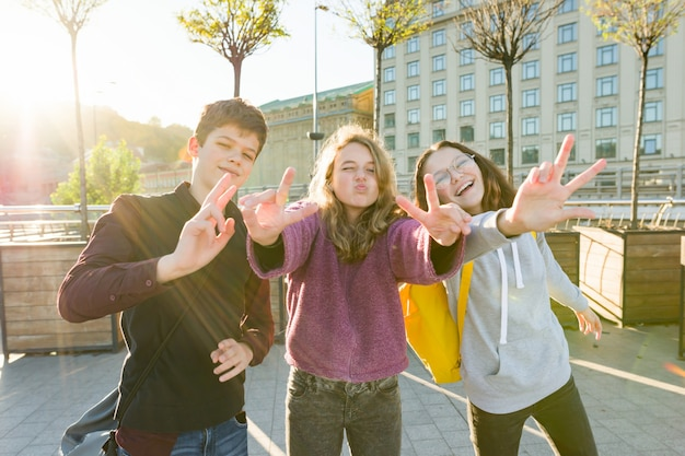 友達の10代の少年と2人の女の子の笑顔、面白い顔を作るの肖像画