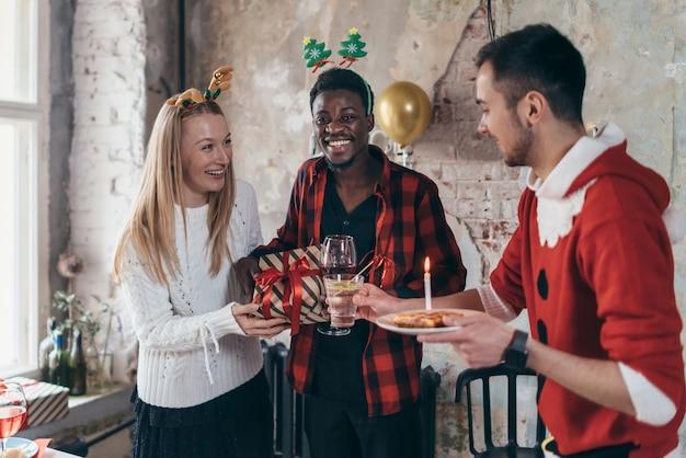 飲み物と友達の肖像画。クリスマス、大晦日。