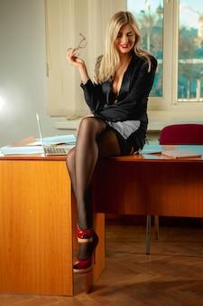 사무실에서 재미 금발 비즈니스 여자 비서의 초상화. 비즈니스 개념