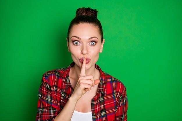 Портрет забавно удивленных любопытных услышать невероятный слух положите губы указательным пальцем спросить, не делитесь стильной модной одеждой, изолированной на ярком блестящем цветном фоне