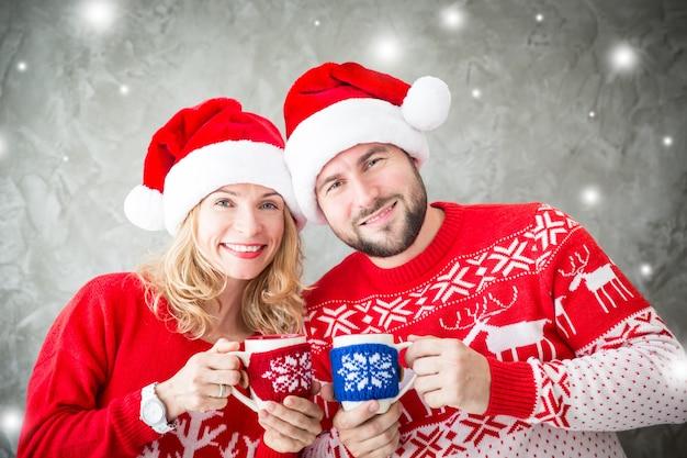クリスマス飾りと面白いカップルの肖像画。