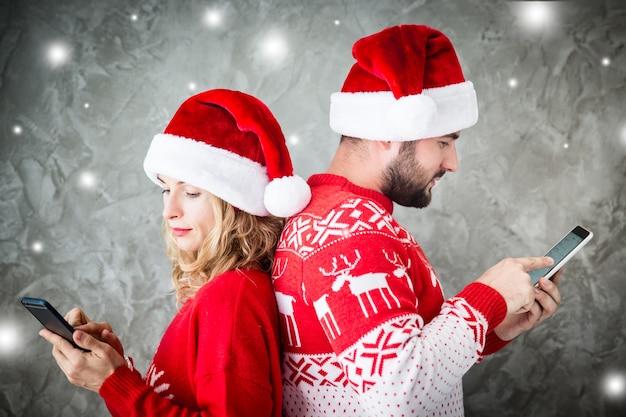 スマートフォンと面白いカップルの肖像画