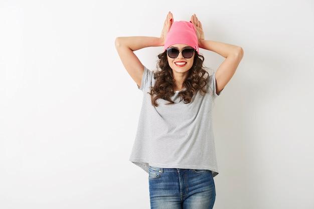 ピンクの帽子、サングラス、笑みを浮かべて、幸せな気分、分離、陽気な感情、春のファッショントレンド、カジュアルスタイル、tシャツ、トレンディなアパレルで面白い流行に敏感なきれいな女性の肖像画