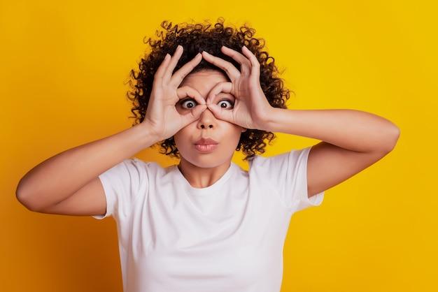 Портрет смешной леди шоу оки знак крышка глаза бинокль форма на желтом фоне