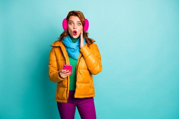재미 있은 여행자 아가씨의 초상화 전화 입을 열고 확인 추종자 뺨에 눈 팔을 믿지 않는 노란색 외투 스카프 보라색 바지를 착용하십시오.