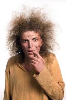 Портрет забавного молодого человека после поражения электрическим током с высоким напряжением