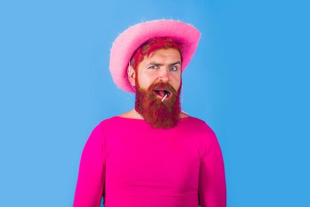 帽子ピンクのベルベットとカウボーイハットアメリカの盗賊西洋人を身に着けているゲイのカウボーイ男の肖像画