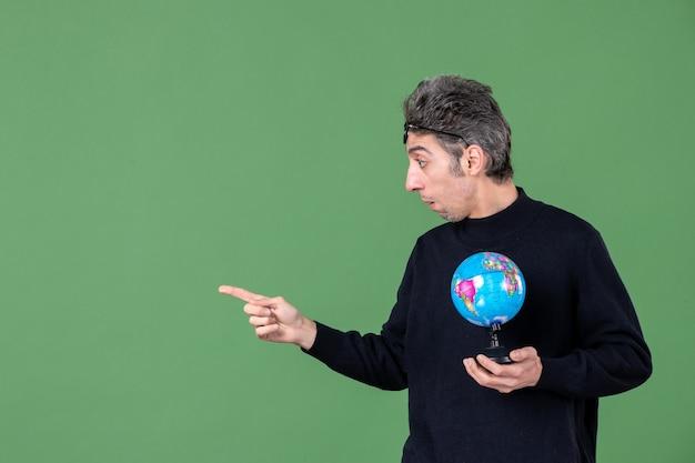 Портрет гения человек держит земной шар зеленый фон море природа планета учитель школа воздух