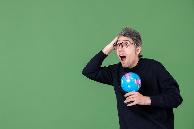 지구를 들고 천재 남자의 초상화 지구 녹색 배경 공간 행성 자연 교사 공기 학교