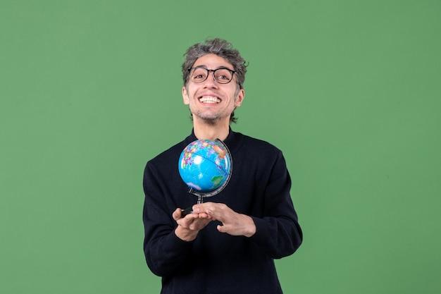 지구 지구 스튜디오 촬영을 들고 천재 남자의 초상화 녹색 배경 공기 자연 행성 바다 공간 학교 프리미엄 사진