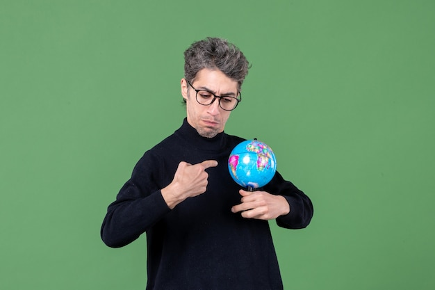 지구 지구 스튜디오 촬영을 들고 천재 남자의 초상화 녹색 배경 공기 자연 교사 행성 바다 학교