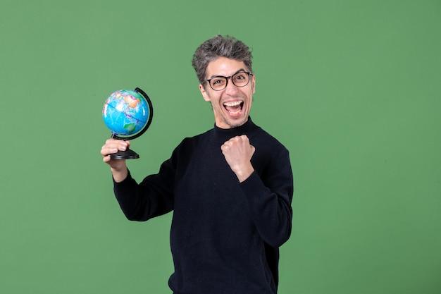 지구 지구 스튜디오 촬영을 들고 천재 남자의 초상화 녹색 배경 공기 바다 자연 교사 행성