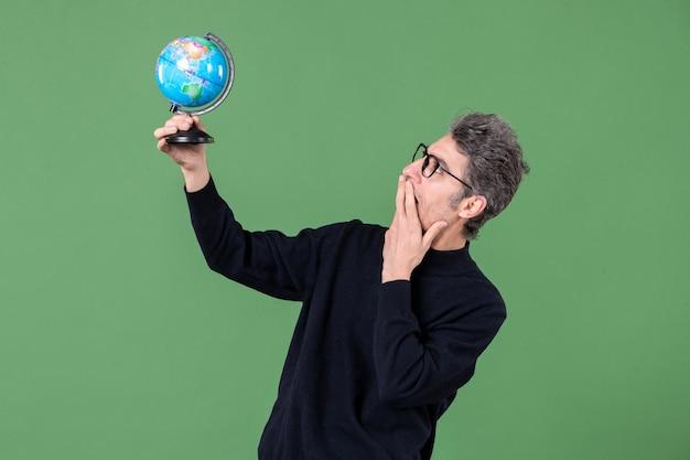 지구를 들고 있는 천재 남자의 초상화 지구 사진관 촬영 녹색 배경 공기 바다 선생 행성 공간 자연 프리미엄 사진