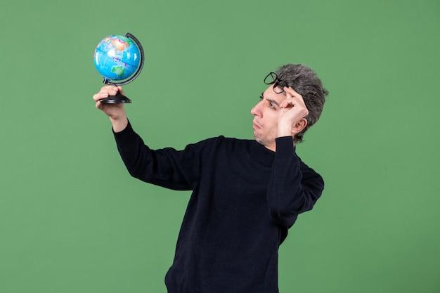 지구 지구 사진관을 들고 천재 남자의 초상화 녹색 배경 공기 바다 선생 공간 자연