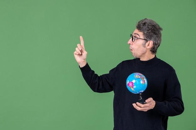 지구 지구 스튜디오 촬영을 들고 천재 남자의 초상화 녹색 배경 자연 행성 선생 바다 학교 공간