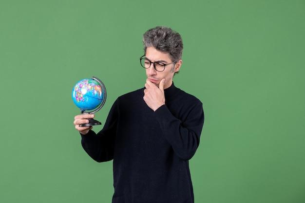 지구 지구 사진관을 들고 천재 남자의 초상화 녹색 배경 자연 공간 선생 행성 공기 바다 프리미엄 사진