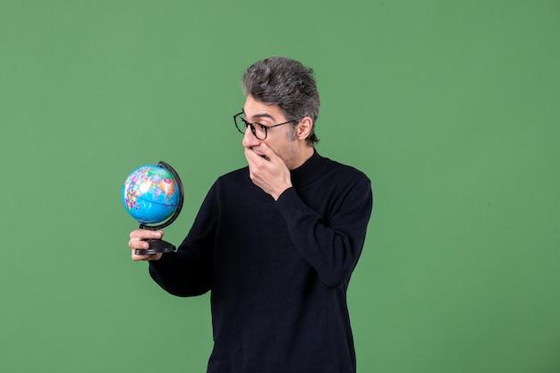 지구 지구 스튜디오 촬영을 들고 천재 남자의 초상화 녹색 배경 자연 교사 행성 공기 바다