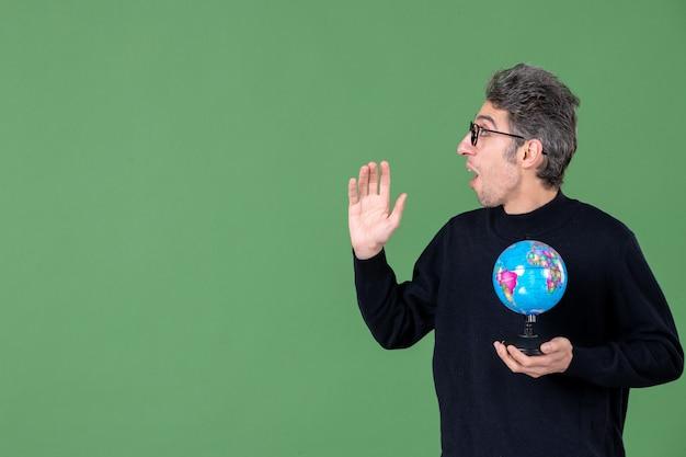 지구 지구 사진관을 들고 천재 남자의 초상화 녹색 배경 바다 자연 공간 선생 행성 공기