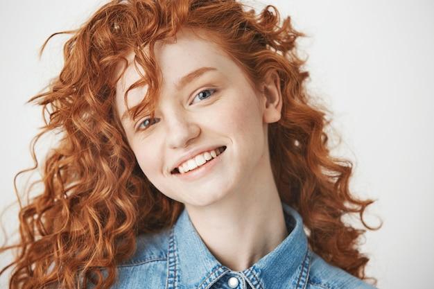 Портрет рыжая веселая девушка улыбается.