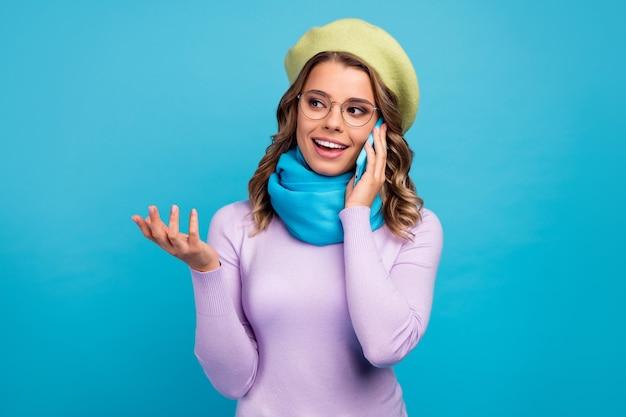 여자 전화 스마트 폰의 초상화는 청록색 벽에 대화를