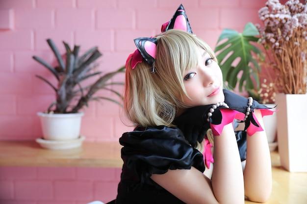 ピンクの部屋で女の子のコスプレの肖像画