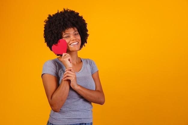 노란색에 종이 마음을 들고 고립 된 여자의 초상화