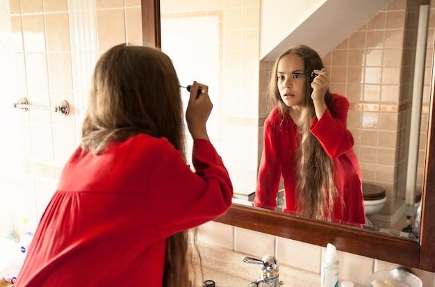 大人のふりをして化粧をする女の子のポートレート
