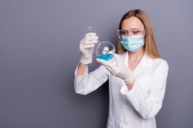 여자 숙련 된 의사 생물학 자의 초상화 손에 들고 테스트 튜브 분석