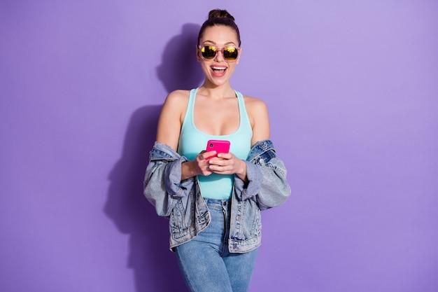 スマートフォンを使用する女子学生の肖像画ソーシャルネットワークニュースを読む