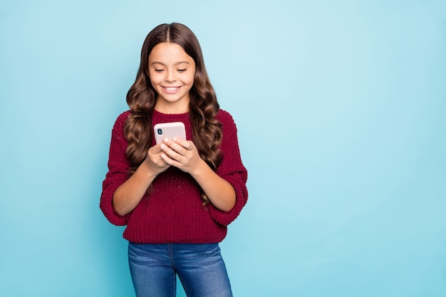 デジタルデバイスの電話を使用して女の子の肖像画