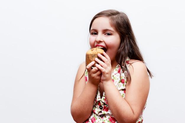Портрет девушки с маленьким панетоне, белая стена