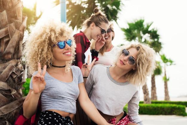 Портрет подружки смеются в летний день, наслаждаясь отдыхом