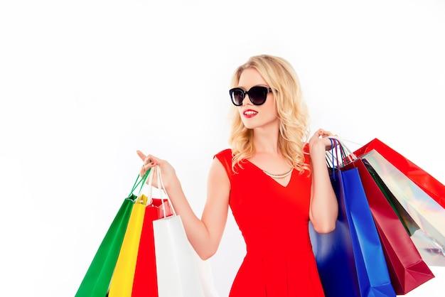 ショッピング後のパケットとメガネでグラマー女性の肖像画