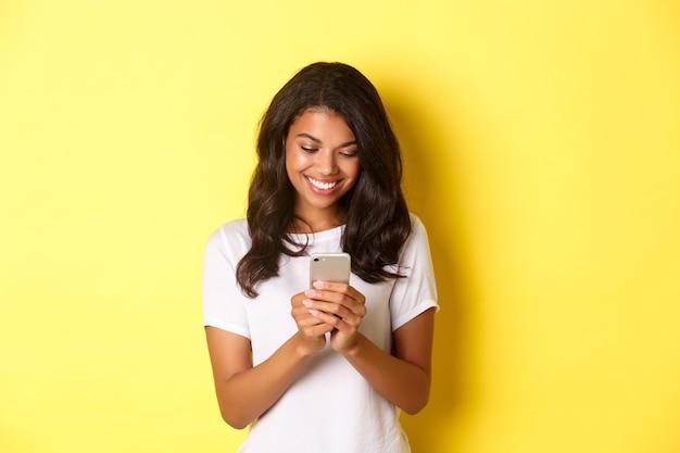 白いtシャツを着た格好良いアフリカ系アメリカ人の女の子の肖像画