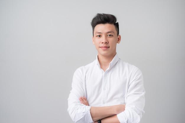 Портрет красивого азиатского человека на сером фоне.