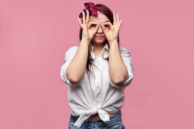 흰색 셔츠와 빨간 headscarf를 입고 화려한 핀 업 소녀의 초상화