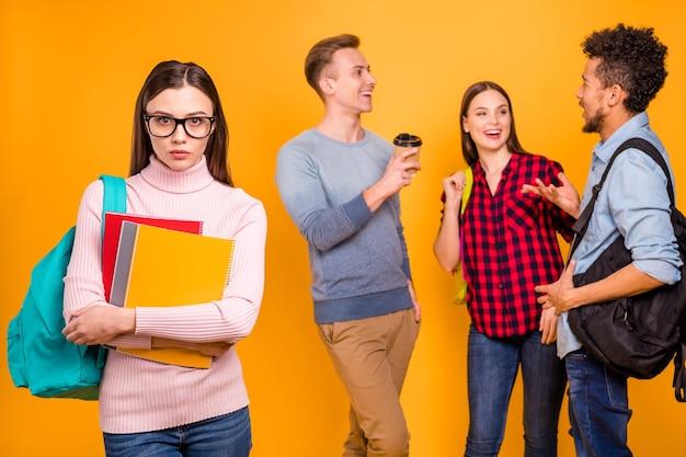 オレンジ色に分離された友人のうわさ話グループの肖像画