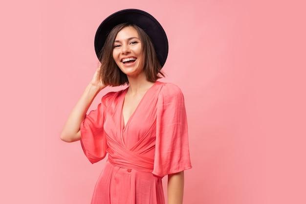 핑크 드레스에 우아한 웃는 갈색 머리 여자의 초상화