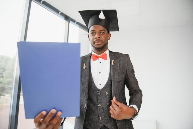 Портрет человека окончания с дипломом.