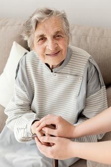 家族と一緒にいて幸せなおばあちゃんの肖像画