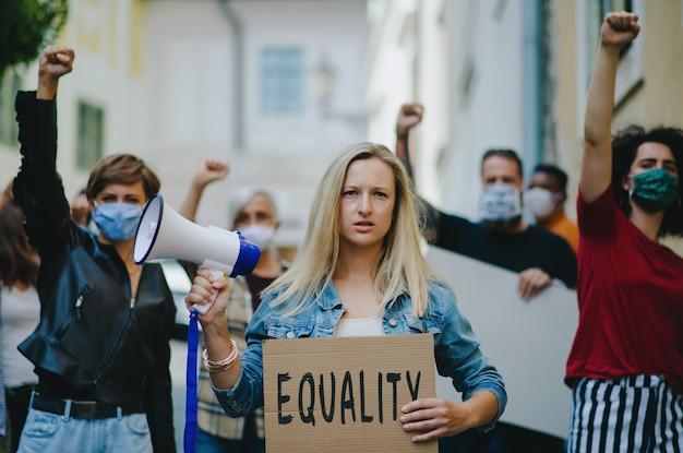 通り、女性の行進、デモのコンセプトに抗議する人々の活動家のグループの肖像画。