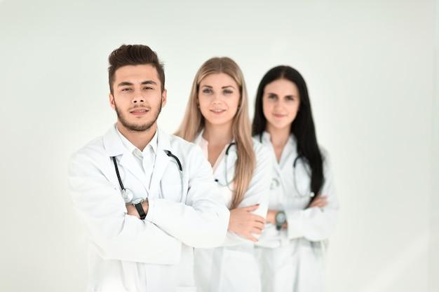 Портрет группы улыбающихся коллег из больницы, стоящих вместе