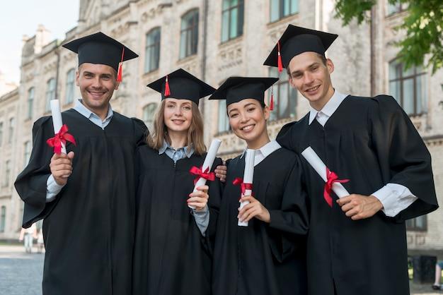 卒業を祝っている学生のグループの肖像画 Premium写真