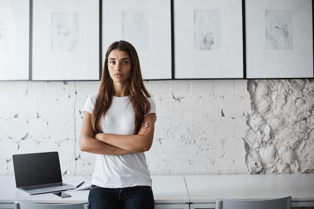 Портрет сварливой грустной молодой девушки без смартфона. уверенный студент, не улыбающийся перед экзаменом.