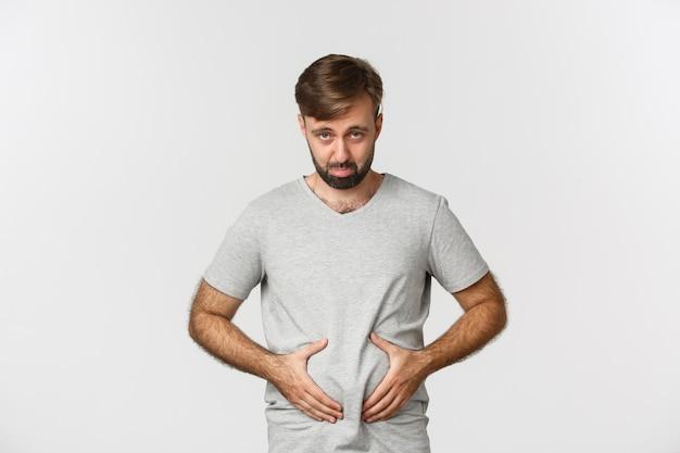 Портрет парня, расстроенного из-за своего веса