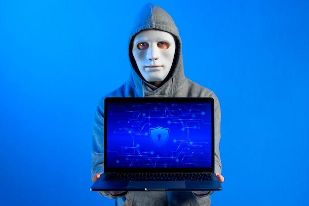 Портрет хакера с маской
