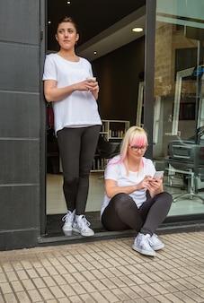 헤어 및 뷰티 살롱과 함께 커피 타임에 미용사 여성의 초상화